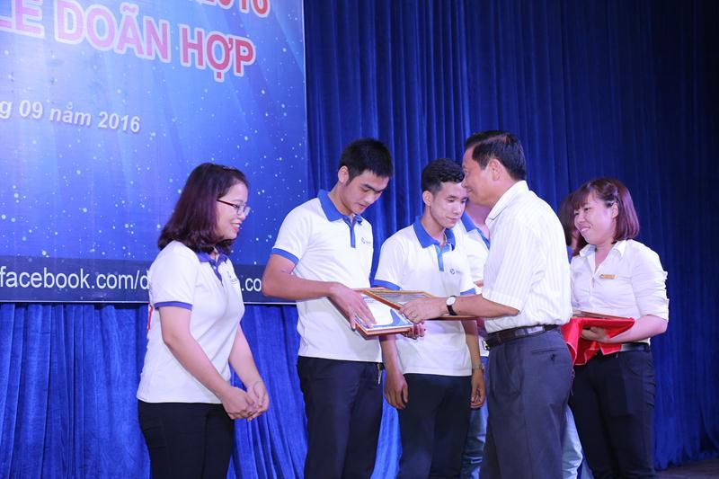 Nguyên bộ trưởng Lê Doãn Hợp trao học bổng khuyến học cho các học viên.
