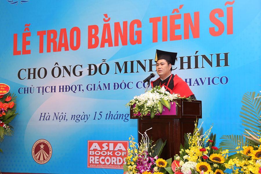 Tiến sĩ Đỗ Minh Chính phát biểu chia sẻ cảm tưởng sau khi nhận bằng.