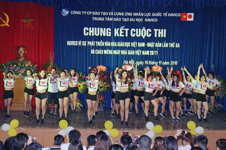 Tiết mục nhảy trẻ trung và sôi động của tập thể giáo viên và học viên HAVICO chào mừng buổi lễ