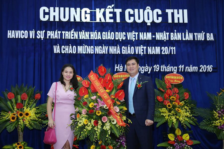 Nhà báo Trần Thanh Hậu - đại diện báo Tuổi trẻ Thủ đô - tặng hoa chúc mừng