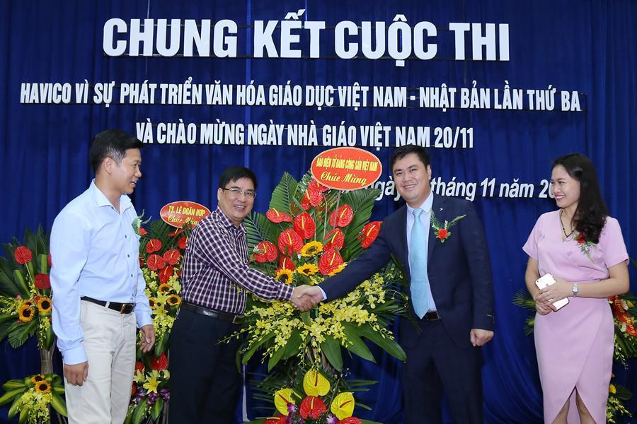 Thạc sĩ Trần Hồng Quỳnh - Vụ trưởng, Trưởng ban Tư liệu văn kiện Báo điện tử Đảng cộng sản tặng hoa chúc mừng sự kiện