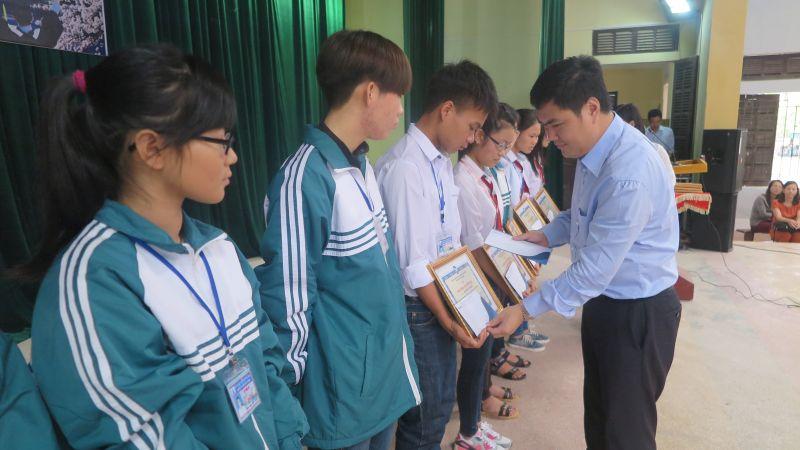 TS. Đỗ Minh Chính trao học bổng cho các em học sinh