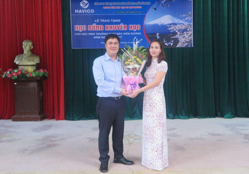 Cô Trần Thị Oanh đại diện nhà trường tặng hoa cám ơn TS. Đỗ Minh Chính