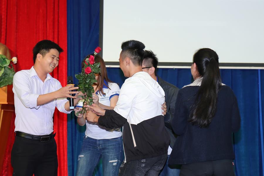 Thầy giáo Đỗ Văn Nam, giáo viên phụ trách trực tiếp các học viên kỳ tháng 1 cũng tham gia giao lưu văn nghệ để hát tặng các học trò của mình