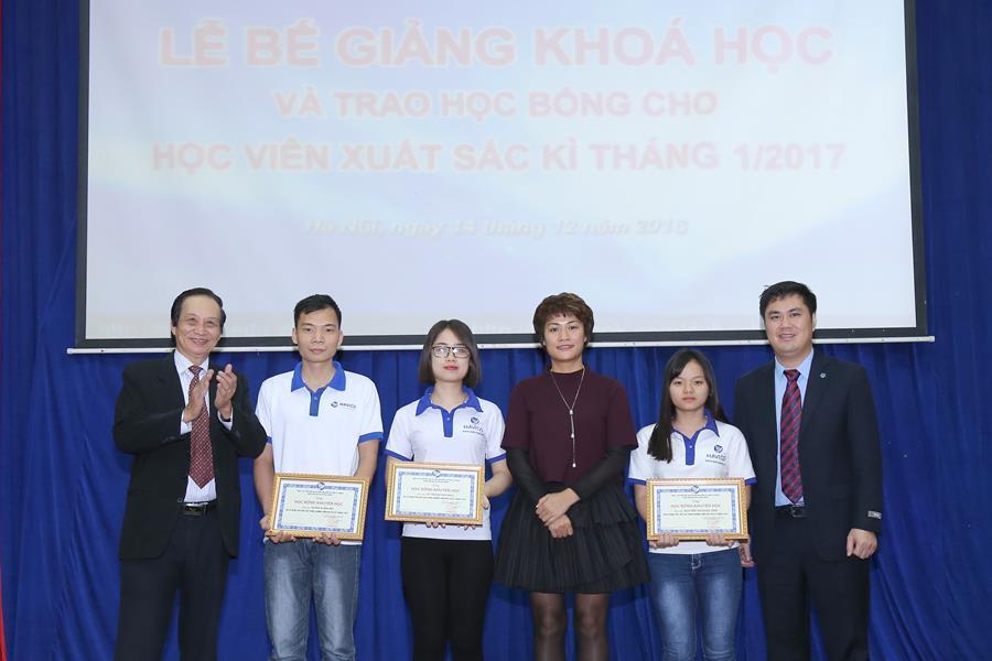 TS. Nguyễn Lê Minh cùng Ban lãnh đạo HAVICO trao học bổng cho các học viên xuất sắc của khoá.