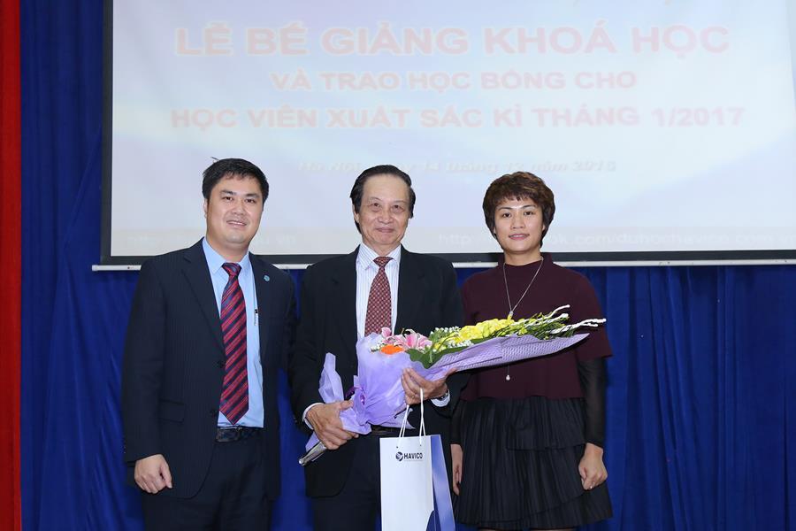 Ban lãnh đạo HAVICO tặng hoa thay cho lời cám ơn chân thành vì sự hỗ trợ nhiệt tình của Tiến sĩ Nguyễn Lê Minh