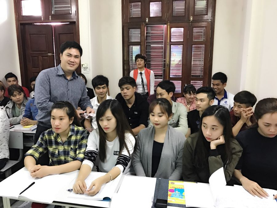TS. Đỗ Minh Chính tặng quà mừng tuổi các học viên mới của HAVICO