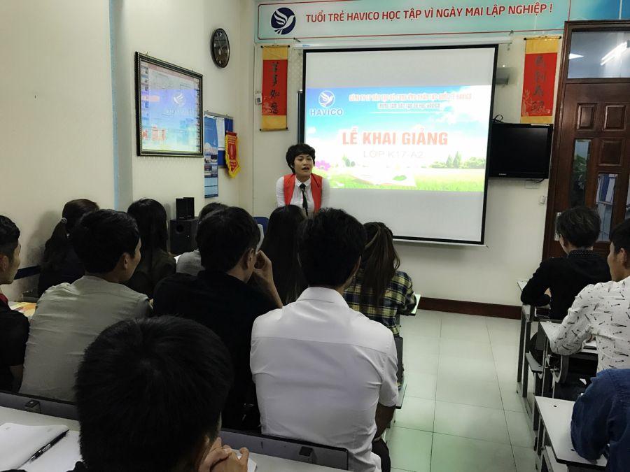 Bà Mai Ngọc Anh - Phú chủ tịch HĐQT, Giám đốc Trung tâm đào tạo du học HAVICO phát biểu và hướng dẫn học viên.
