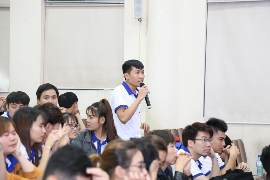 Nhiều học viên đặt câu hỏi và xin ý kiến của diễn giả