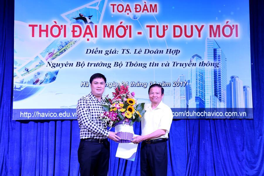 TS. Đỗ Minh Chính trao tặng lẵng hoa tươi thể hiện sự trân trọng và lòng biết ơn đối với những chia sẻ của Nguyên Bộ trưởng