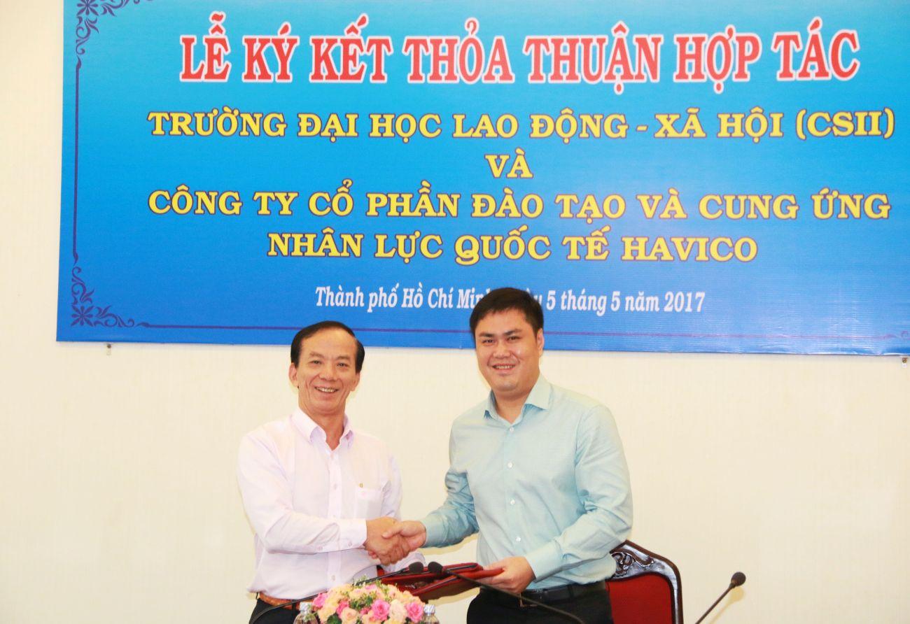 Bắt tay hợp tác chính thức giữa PGS.TS. Bùi Anh Thuỷ (trái) và TS. Đỗ Minh Chính
