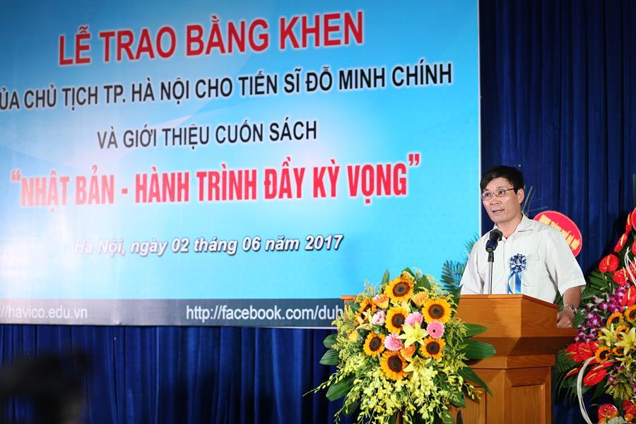 Ông Trần Đình Trí - Chánh văn phòng Liên hiệp các hội KH&KT Hà Nội đọc quyết định khen thưởng của Chủ tịch Thành phố.