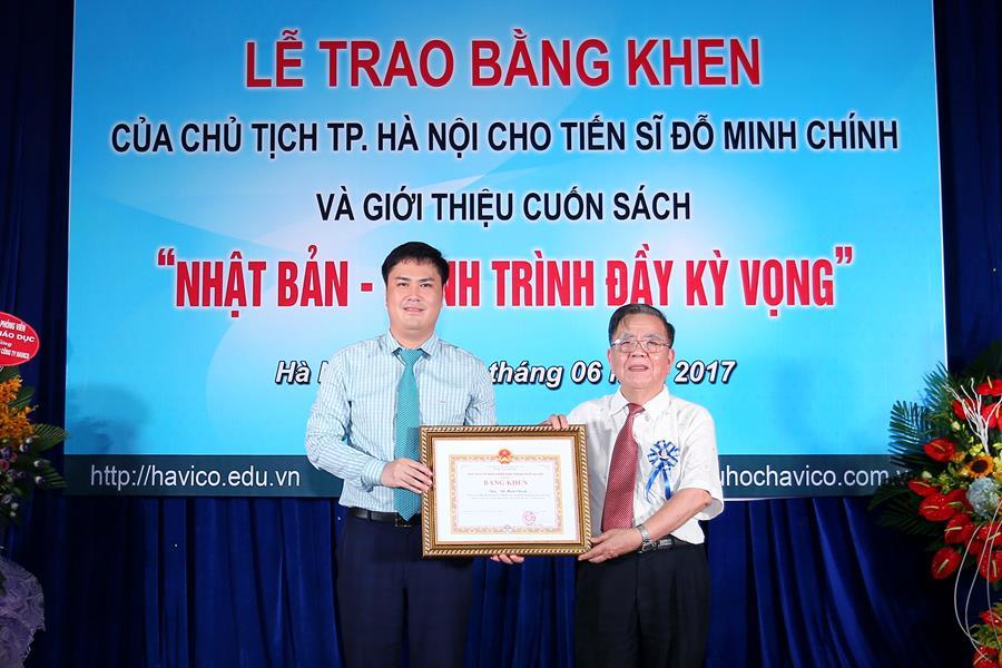 GS.TS. Vũ Hoan thay mặt lãnh đạo Thành phố trao bằng khen cho TS. Đỗ Minh Chính