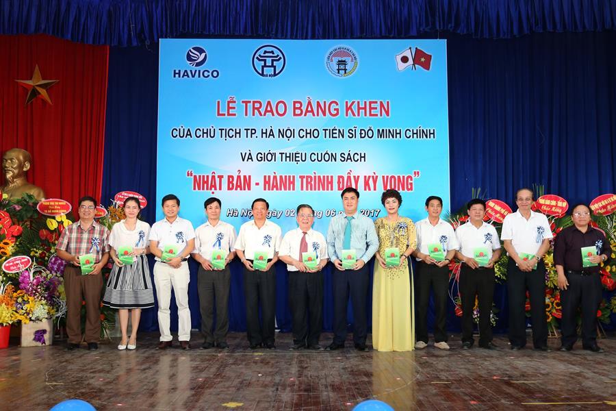 TS. Đỗ Minh Chính tặng sách các chuyên gia tham dự sự kiện.
