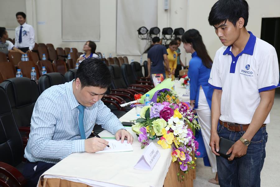 Tác giả ở lại đến hết giờ để ký tặng sách cho các học viên của HAVICO