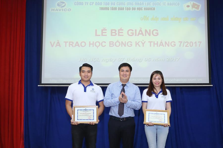 TS. Đỗ Minh Chính trao học bổng cho hai học viên xuất sắc nhất kỳ tháng 7 năm nay.