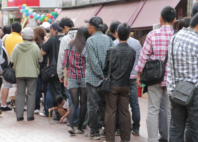 Người Nhật luôn xếp hàng đợi tới lượt trong mọi tình huống