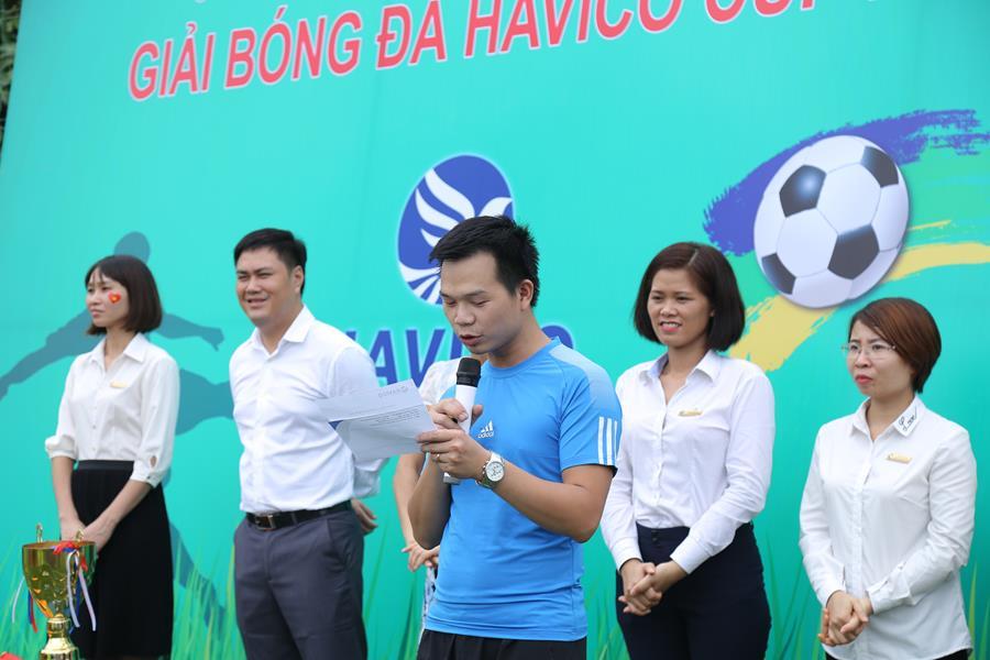 Ông Trịnh Đình Tài đại diện cho tổ trọng tài điều khiển giải đấu đọc lời tuyên thệ sẽ làm việc khách quan, trung thực.