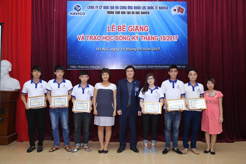 Ban lãnh đạo HAVICO tặng học bổng cho các học viên xuất sắc của kỳ tháng 10