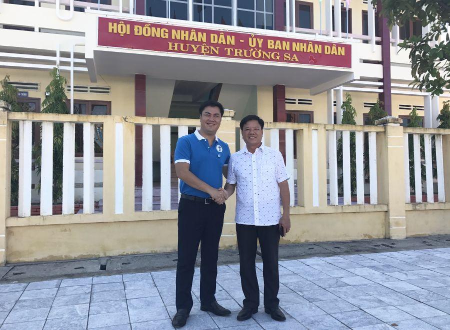 Đại tá Bùi Đình Dương - Chủ tịch huyện đảo Trường Sa - nồng hậu đón tiếp đoàn.