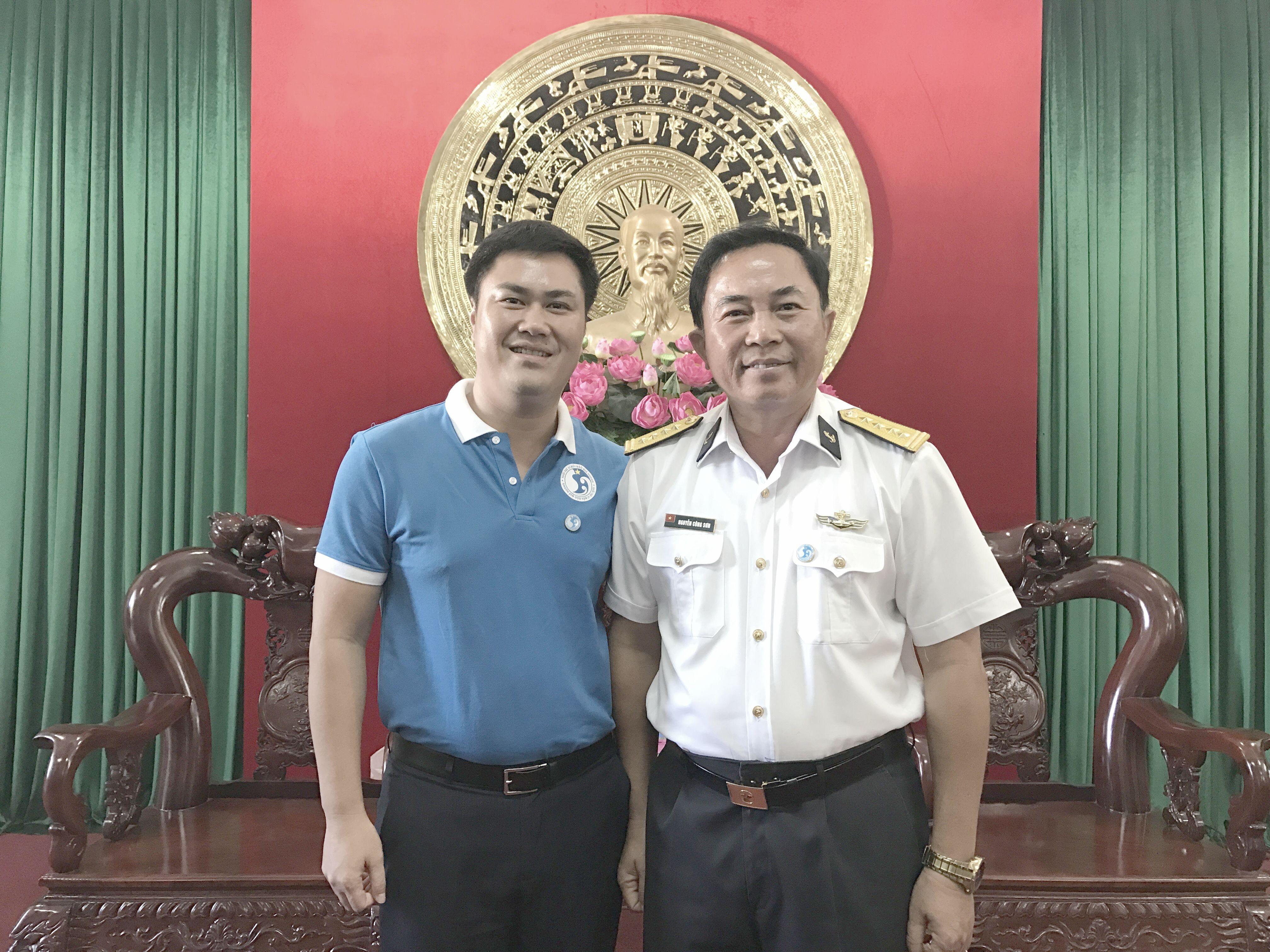 Đại tá Nguyễn Công Sơn - Phó chính ủy Vùng 4 Hải quân  - tiếp và làm việc với TS. Đỗ Minh Chính