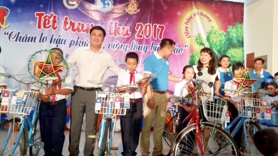 TS. Đỗ Minh Chính thay mặt Công ty HAVICO tặng 20 chiếc xe đạp cho các em nhỏ là con em các chiến sĩ hải quân.