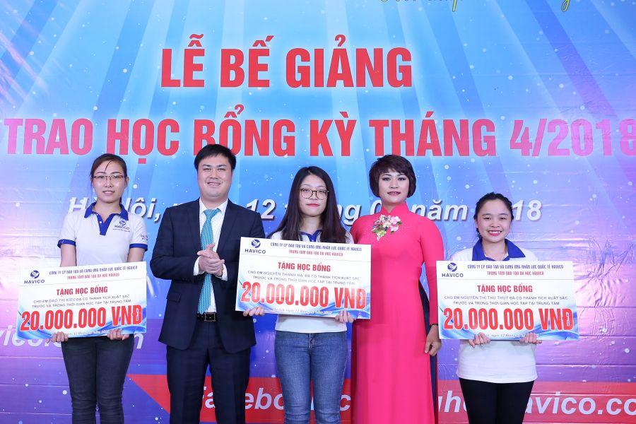 Ba suất học bổng đặc biệt, mỗi suất trị giá 20 triệu đồng được trao chỏ ba em là Đào Thị Kiều, Nguyễn Thanh Hà và Nguyễn Thị Thu Thủy