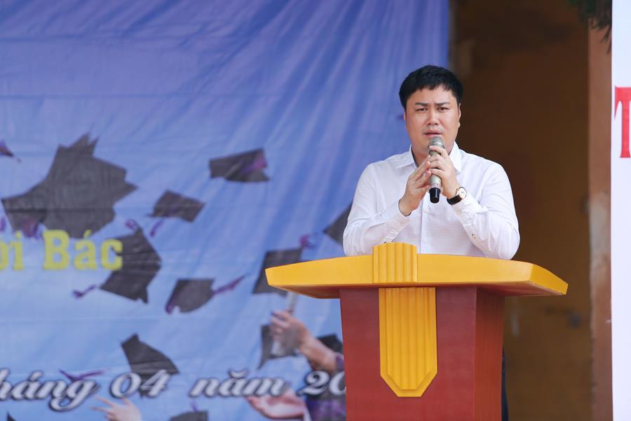 Tiến sĩ Đỗ Minh Chính phát biểu chia sẻ với các em học sinh về giáo dục và định hướng nghề nghiệp.