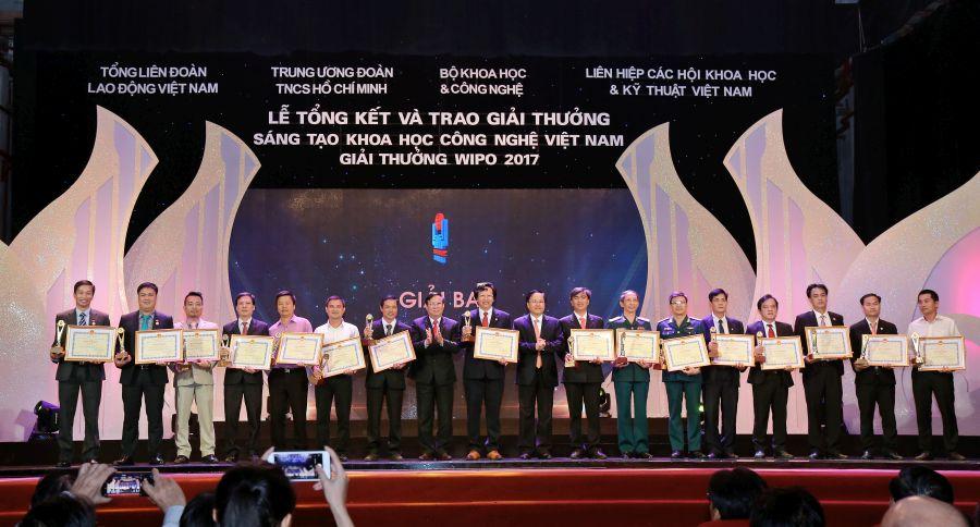 TS. Đỗ Minh Chính (thứ hai từ trái sáng) nhận giải thưởng của chương trình.