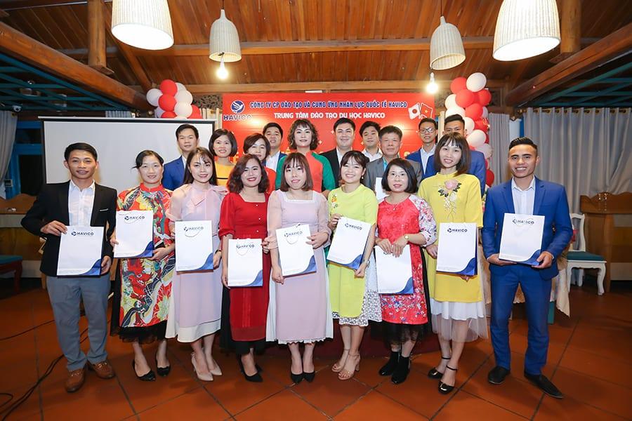 Tập thể Ban lãnh đạo, giáo viên và cán bộ nhân viên HAVICO trong buổi lễ tổng kết năm 2018