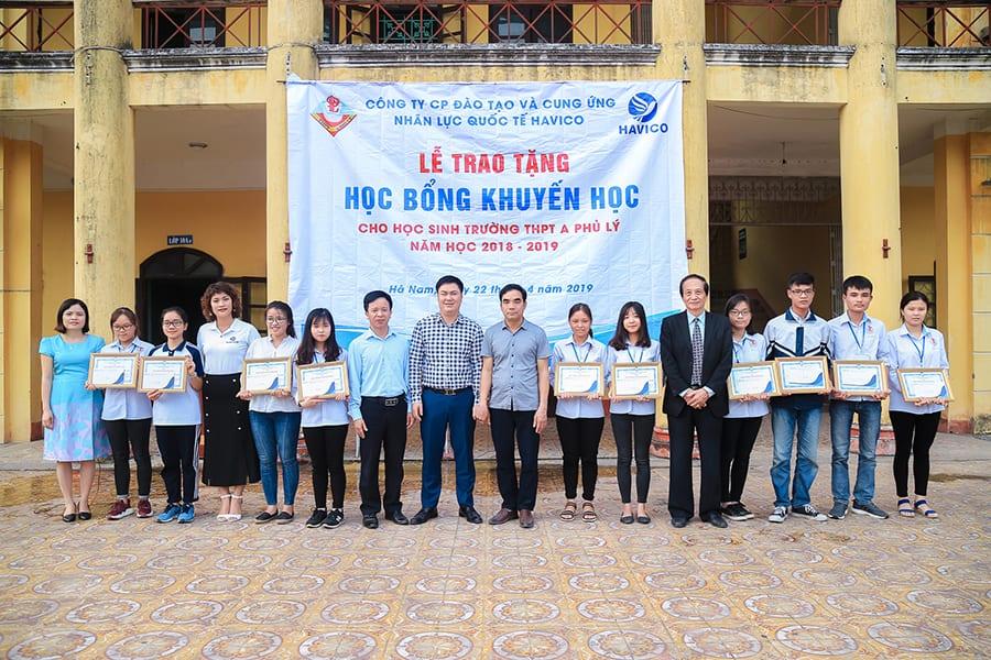 Tập thể Ban lãnh đạo HAVICO chụp hình lưu niệm với Ban giám hiệu và các em học sinh nhận học bổng trường THPT A Phủ Lý