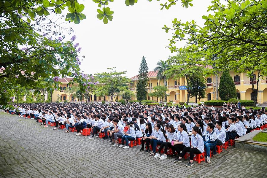 Quang cảnh buổi lễ trào cờ đầu tuần tại trường THPT A Phủ Lý