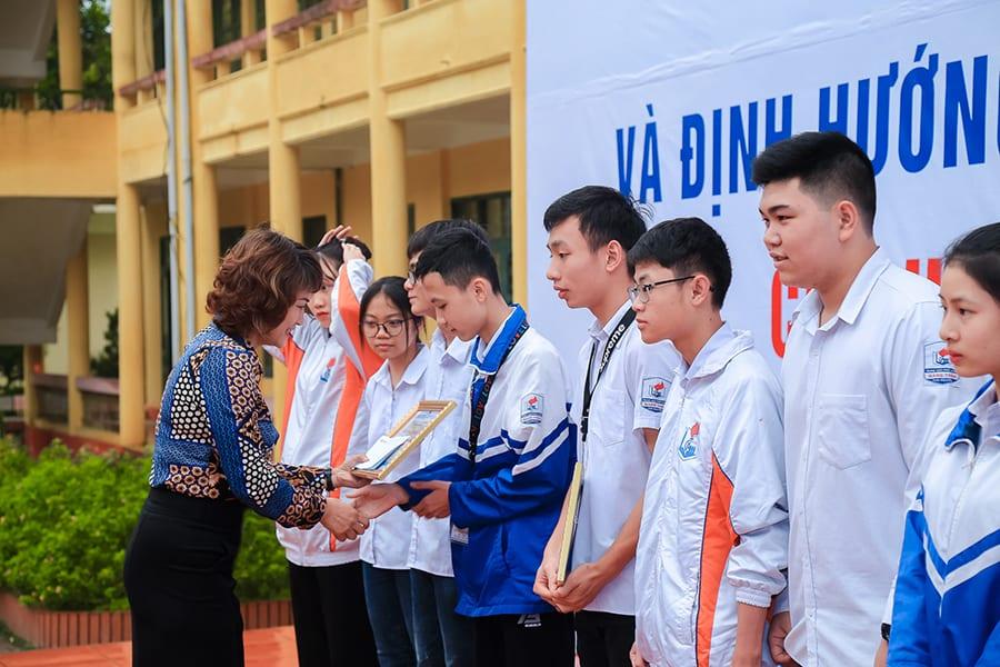 ThS. Mai Ngọc Anh - Phó chủ tịch HĐQT, Giám đốc Trung tâm đào tạo HAVICO, trao học bổng cho 20 bạn học sinh trường THPT Gang Thép