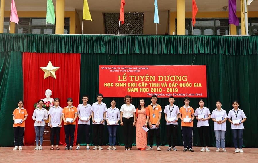 ThS. Mai Ngọc Anh chụp hình lưu niệm với Ban giám hiệu và các em học sinh nhận học bổng của trường THPT Gang Thép