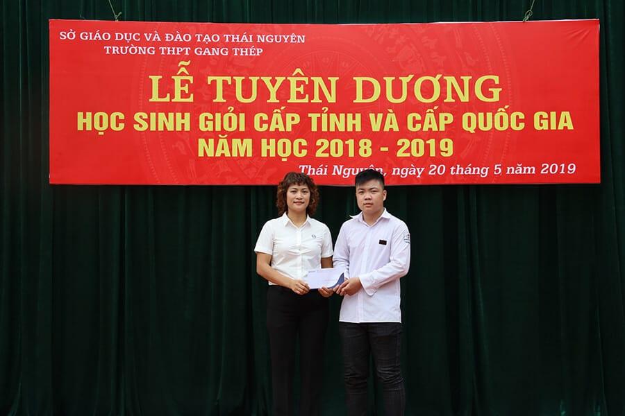 ThS. Mai Ngọc Anh trao học bổng đặc biệt tới em Đoàn Minh Châu