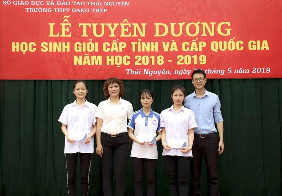 ThS. Mai Ngọc Anh - Phó chủ tịch HĐQT, Giám đốc Trung tâm đào tạo HAVICO, trao phần quà tới các bạn học sinh trường THPT Gang Thép đạt giải trong cuộc thi video lần 2.