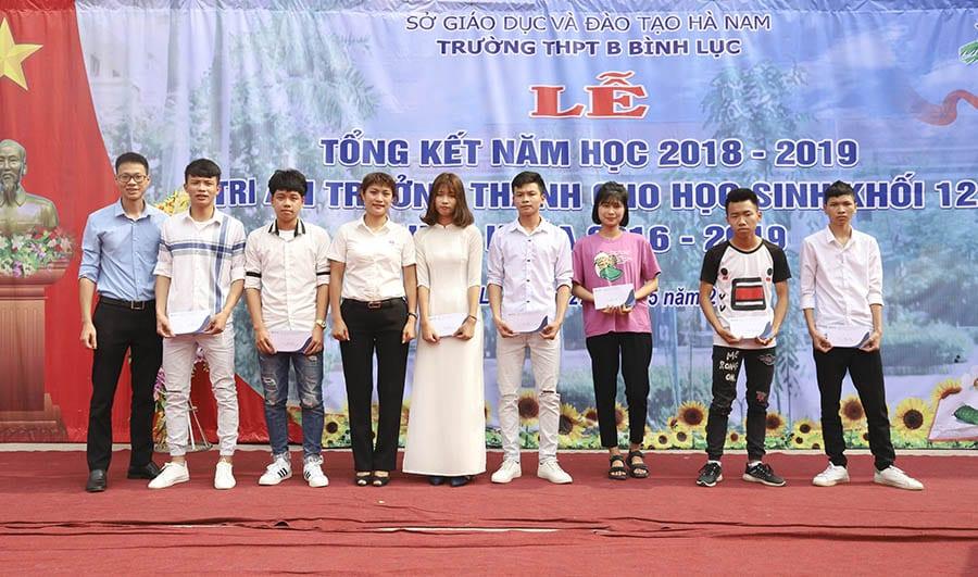 ThS. Mai Ngọc Anh - Phó chủ tịch HĐQT, Giám đốc HAVICO trao những phần quà tới các bạn học sinh trường THPT B Bình Lục.