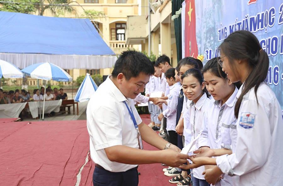 Thầy Lê Trọng Hậu - Hiệu trưởng trường THPT B Bình Lục, trao những phần quà tới các em đạt thành tích cao trong học tập