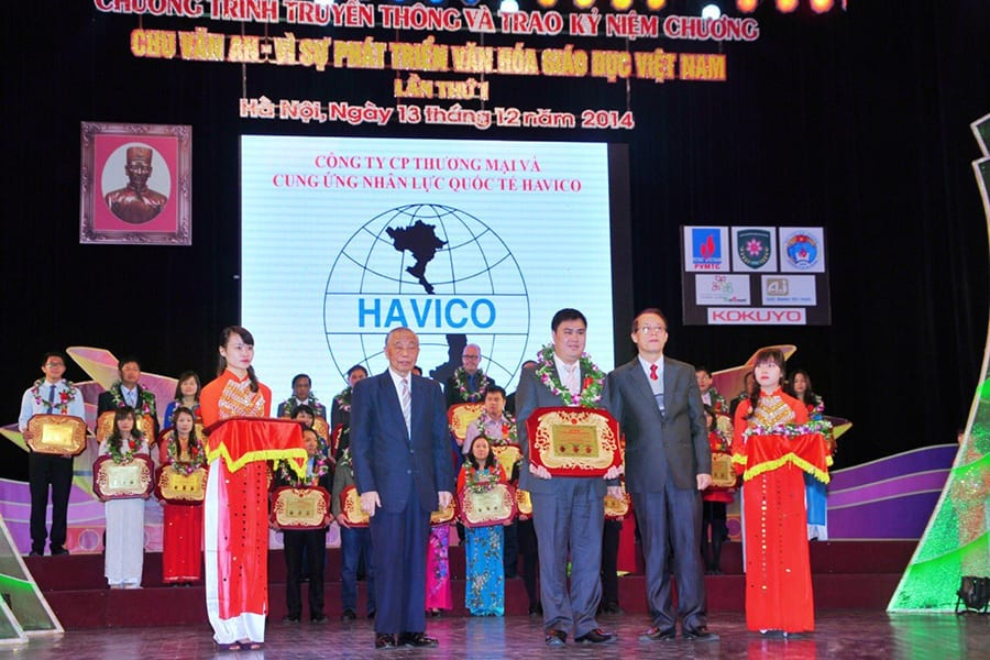 ThS. Đỗ Minh Chính lên nhận giải thưởng Chu Văn An - Bảng vàng vì sự phát triển văn hóa giáo dục Việt Nam