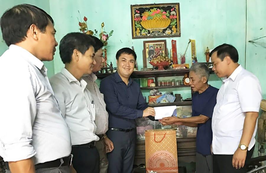TS. Đỗ Minh Chính thăm và tặng quà các gia đình bà mẹ Việt Nam anh hùng, thương binh và anh hùng lực lượng vũ trang tại Bình Lục, Hà Nam .