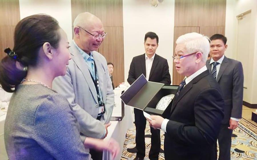 Bí thư Tỉnh ủy Bình Phước Nguyễn Văn Lợi giới thiệu với các doanh nghiệp Ishikawa những sản phẩm do Việt Nam sản xuất