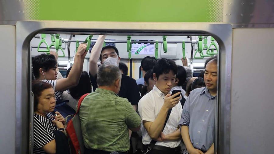 Cảnh tượng đông đúc tại các hệ thống tàu điện ngầm của Nhật Bản
