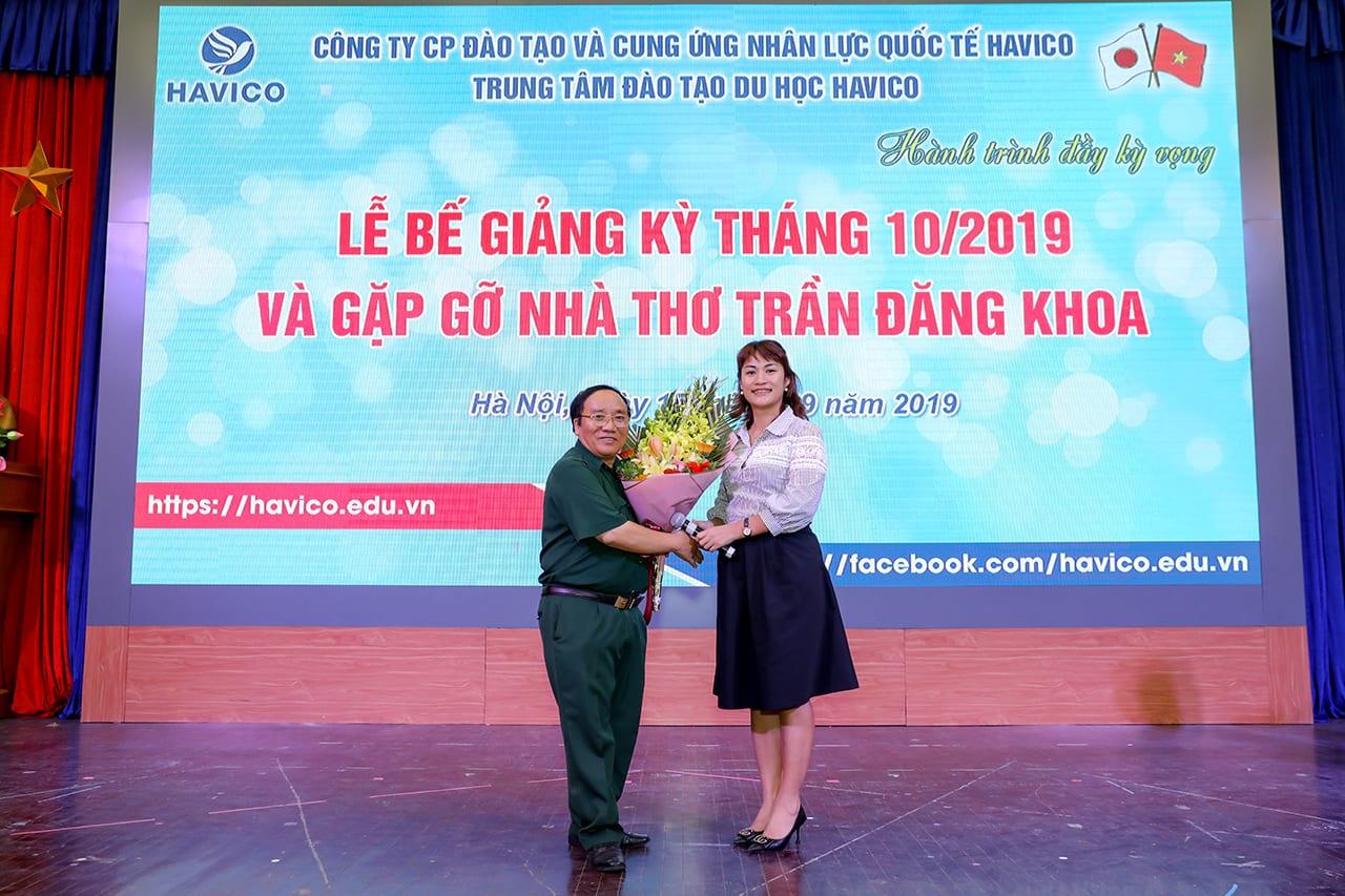 ThS. Mai Ngọc Anh tặng hoa và cảm ơn Nhà thơ Trần Đăng Khoa về những chia sẻ hết sức ý nghĩa với các em học viên