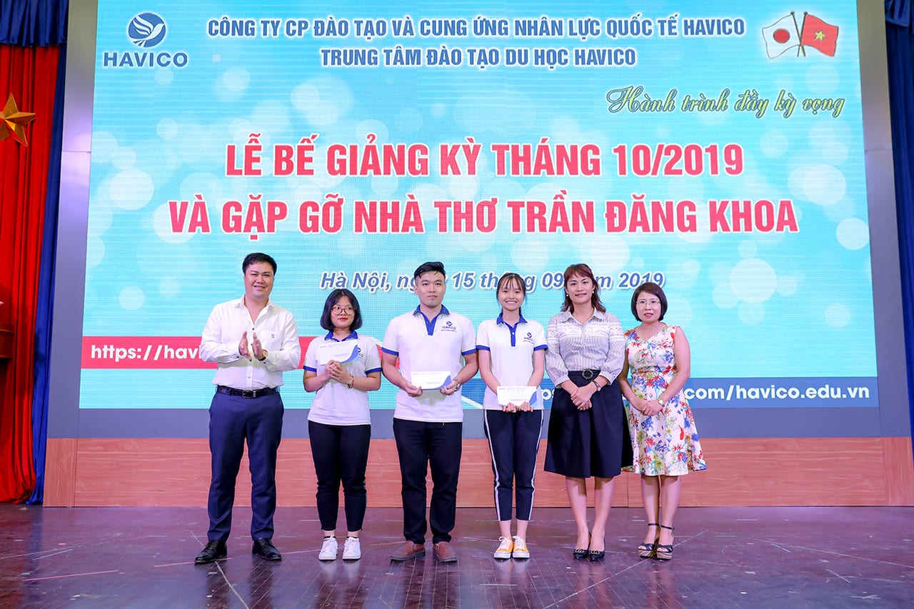 Ban lãnh đạo HAVICO trao học bổng tháng 8 cho em Trần Hữu Lộc - K19A5, Vũ Thục Hiền - K19A6 và em Nguyễn Thị Khánh Quỳnh - K19A7