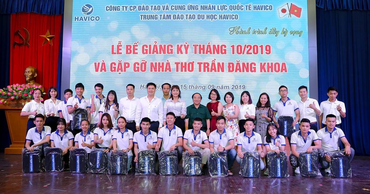 Nhà thơ Trần Đăng Khoa cùng Ban lãnh đạo HAVICO chụp hình lưu niệm với các bạn học viên kỳ tháng 10 năm 2019