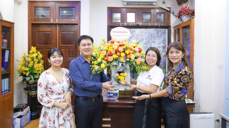 Ban lãnh đạo HAVICO nhận bó hoa chúc mừng từ tập thể cán bộ nhân viên HAVICO