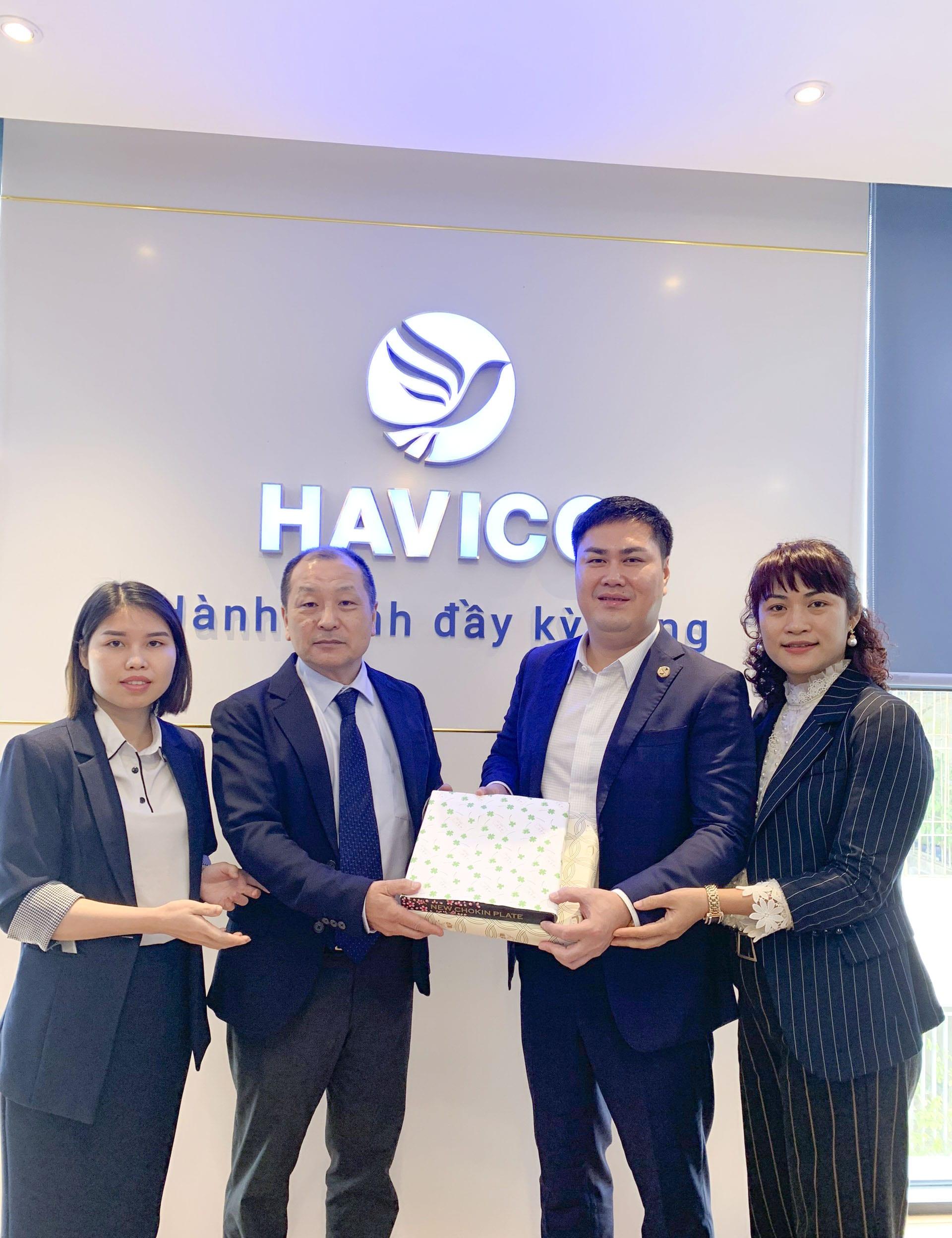 Ông Toshikazu Shibaki, đại diện lãnh đạo Chiyoda Building Kanzai gặp mặt và tặng quà lưu niệm tới Ban lãnh đạo HAVICO