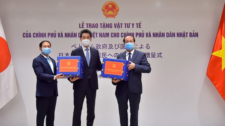 Việt Nam trao tặng vật tư y tế hỗ trợ Nhật Bản, Hoa Kỳ, Nga
