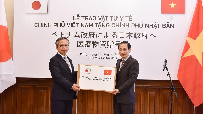 Đại sứ Đặc mệnh Toàn quyền Nhật Bản tại Việt Nam YAMADA Takio và Thứ trưởng Ngoại giao Lê Hoài Trung.